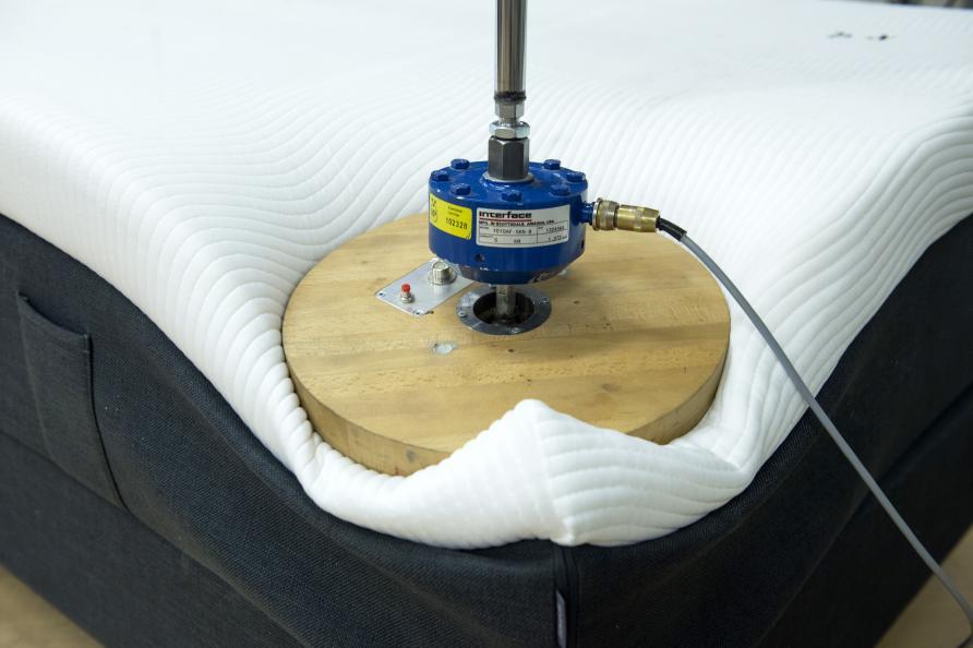 I uppfällt läge utsätts varje hörn för 500 tryck med en belastning på 90 kg. Foto: Anna Sigge