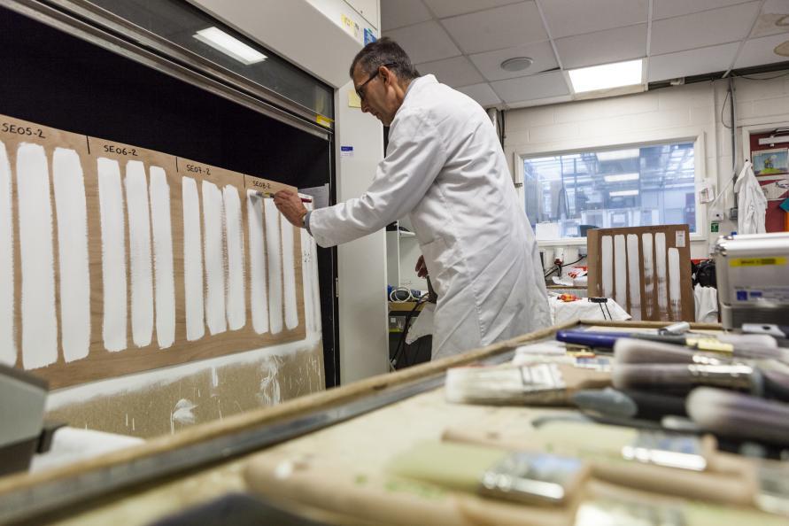 Tre provningsingenjörer testar penseln tre gånger i varje testmoment. Fotot: Frazer Waller