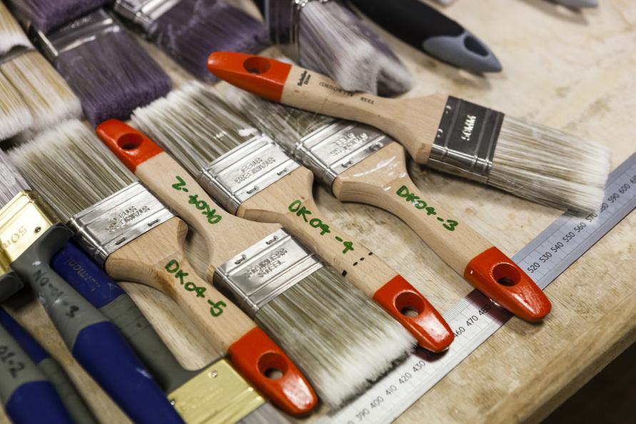 För att få en rättvisande bild av penselns relativa kvalitet och prestanda testas och jämförs den mot ett urval av både dyrare penslar för professionella användare och billigare konsumentvarianter. Foto: Frazer Waller