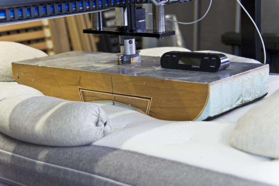 Olika intryckskroppar används för att mäta sängens ergonomiska egenskaper: Foto: Tobias Meyer