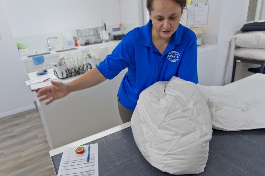 Täckets sömmar och konstruktion inspekteras. Foto: Tobias Meyer