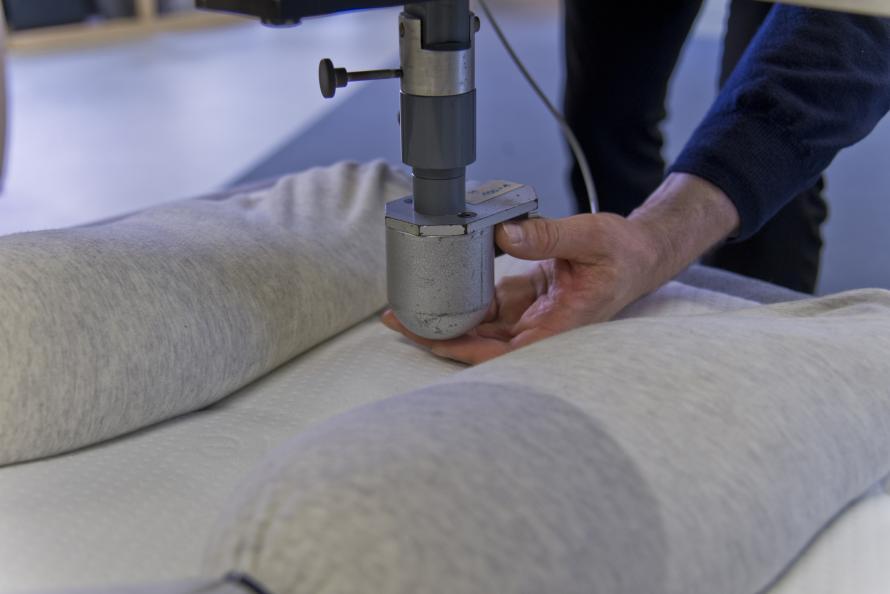 En speciell intryckskropp används för att testa tryckfördelningen för mindre kroppsdelar, som t ex. häl och armbåge. Foto: Tobias Meyer