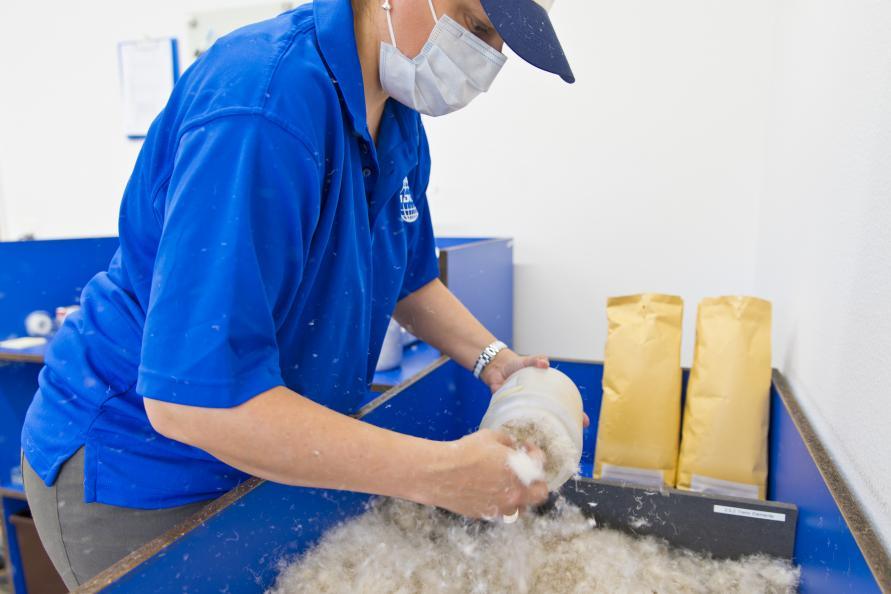 Innehållet I täcket tas ut och blandas innan provtagning. Foto: Tobias Meyer