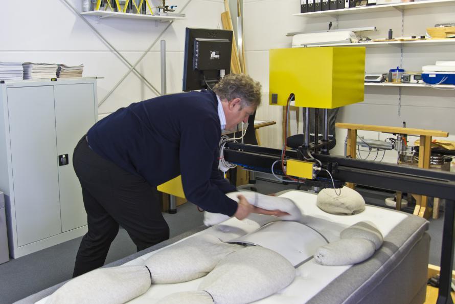 Sängens ergonomiska egenskaperna testas för tre olika kroppstyper - mindre, mellan och större. Foto: Tobias Meyer