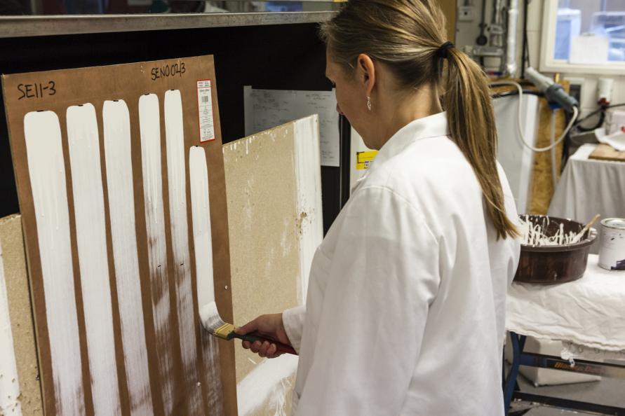 Målning av vertikala drag tills dess att penseln inte släppte mer färg. Foto: Frazer Waller