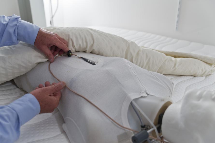 Andningsförmåga testas med hjälp av en docka som utsöndrar fukt (svett) som en normal människa vid sömn. Foto: Tobias Meyer