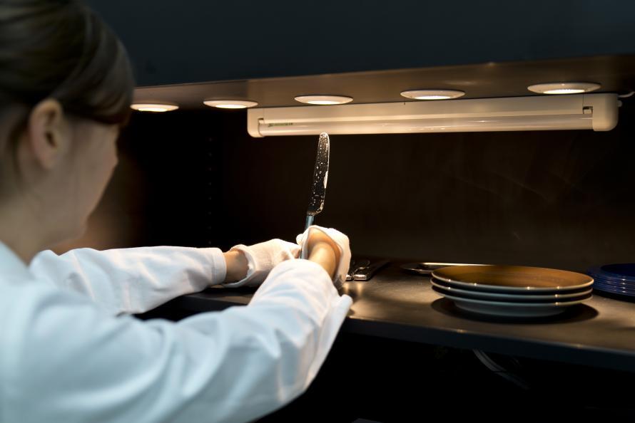 Bedömning av fläckar och grå hinna på bestick i rostfritt stål efter 30 diskar. Foto: Ulrich Schepp