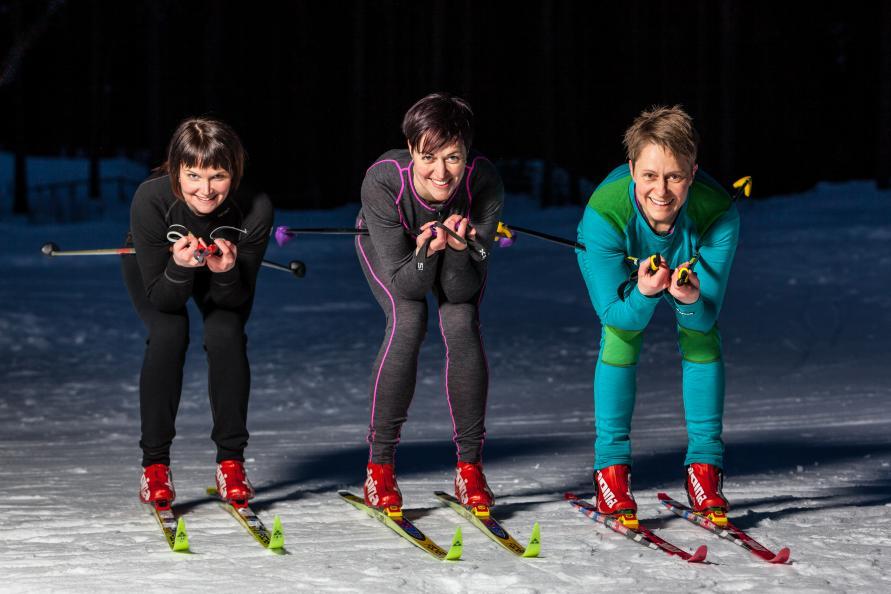 Det tre kvinnorna i testpanelen har ullunderställ på kroppen och skidor på fötterna .