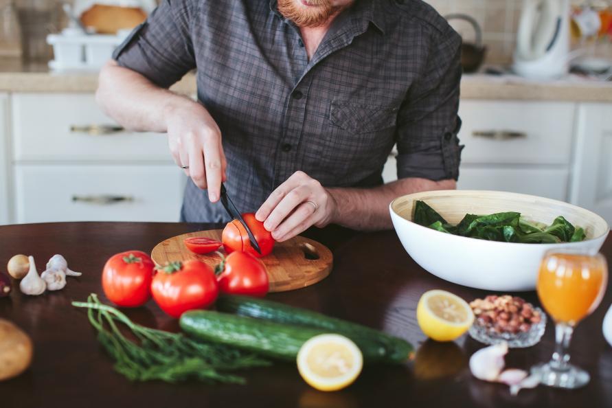 Man skär grönsaker