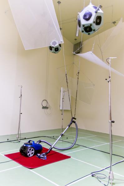 Dammsugare i studio där man  mäter ljudnivå.