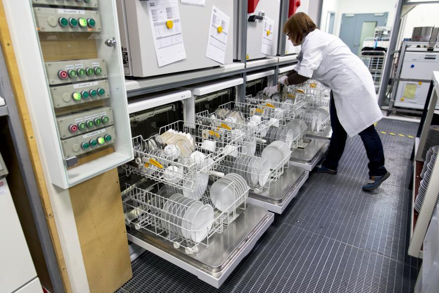 Rengöringseffekten testas sex gånger och glansen utvärderas efter 30 diskomgångar. Foto: Ulrich Schepp