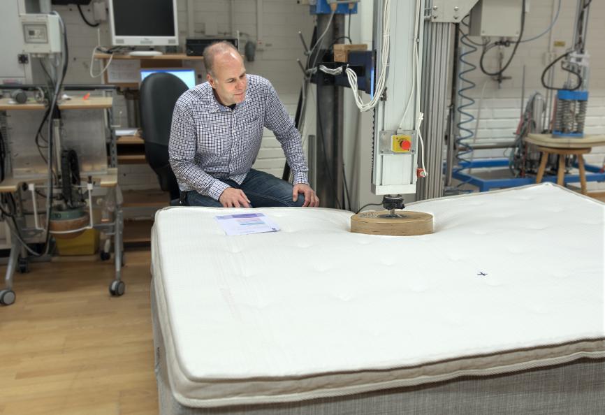 Mätning av sättning i liggytan och förändring i fjädringens hårdhet efter utmattningsprovningen. Foto: Anna Sigge