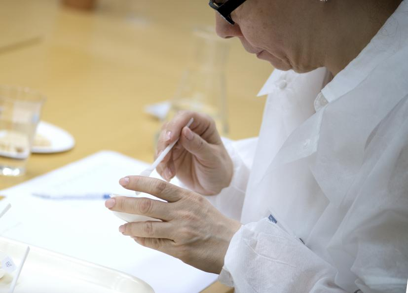 En sensorisk analytisk panel bestående av fyra experter provsmakar, luktar, tittar och känner på produkterna. Foto: Anna Sigge