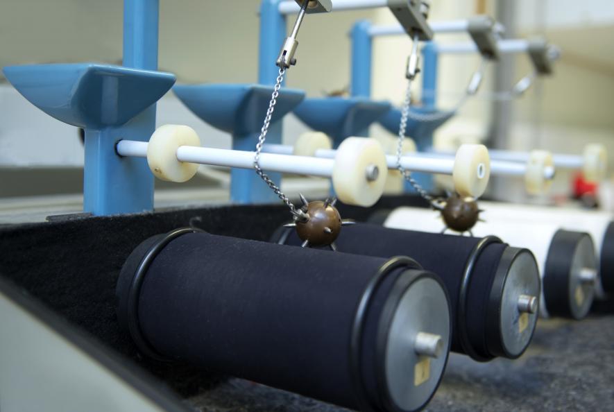 Laboratoriet undersökte hur lätt materialen har att haka fast i saker.