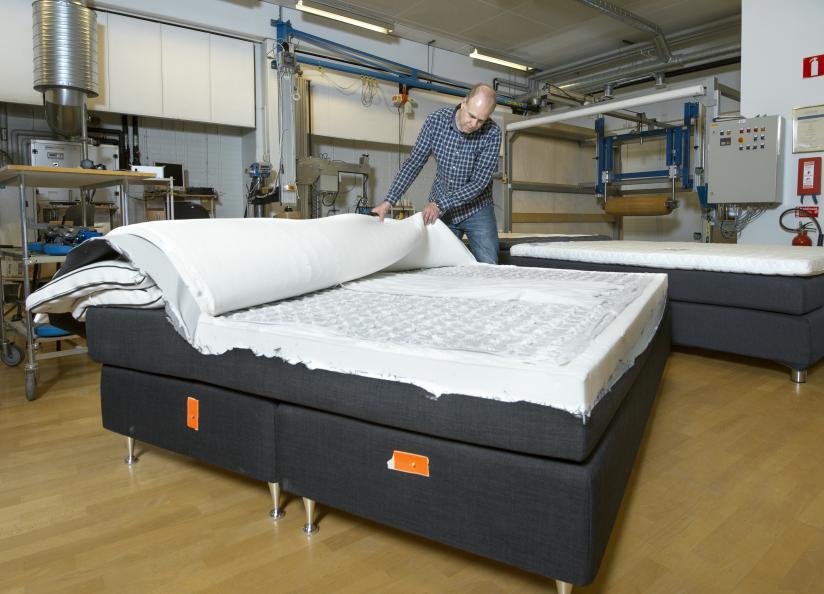 Sprättning och inspektion av sängarna efter utmattningsprovning. Foto: Anna Sigge