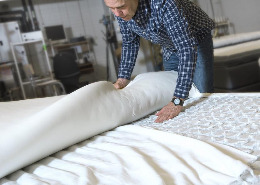 Efter provning sprättas sängarna och inspekteras för skador på fjädring och mellanlager. Foto: Anna Sigge
