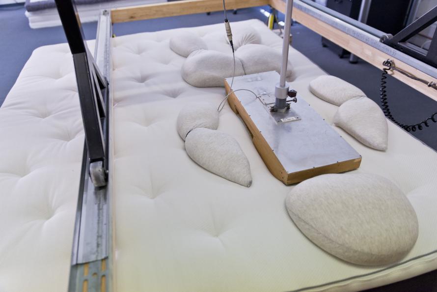 Ergonomie Institut München testar sängarnas tryckavlastningsförmåga samt hur bra de är på att ge stöd åt rygg, axel, svank och höft. Foto: Tobias Meyer