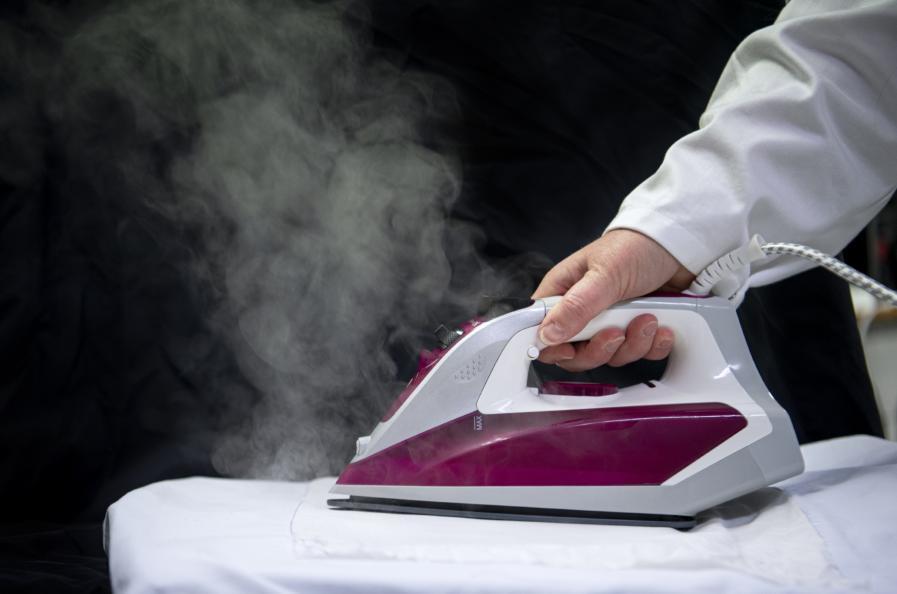 Strykförmågan testades både på bomulls-och viskostyg. Tygproverna strök under en minut på tre, respektive två prickar. Endast strykjärnets egen vikt användes som presskraft.  Foto Anna Sigge.