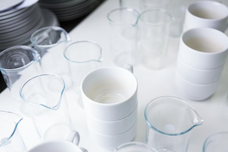 Smutsiga glas och koppar är redo att bli lastade i en diskmaskin för test  av rengöringseffektiviteten. Den testades på åtta olika typer av matrester  eller ... bdefd65fe6a64