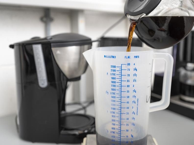 Volymen färdigt kaffe mäts. Foto: Niel Long