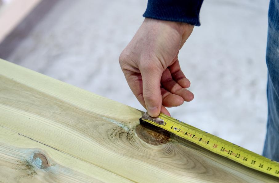 Fredrik Hansson på RISE inspekterar virkets kvalitet. Foto: Anna Sigge