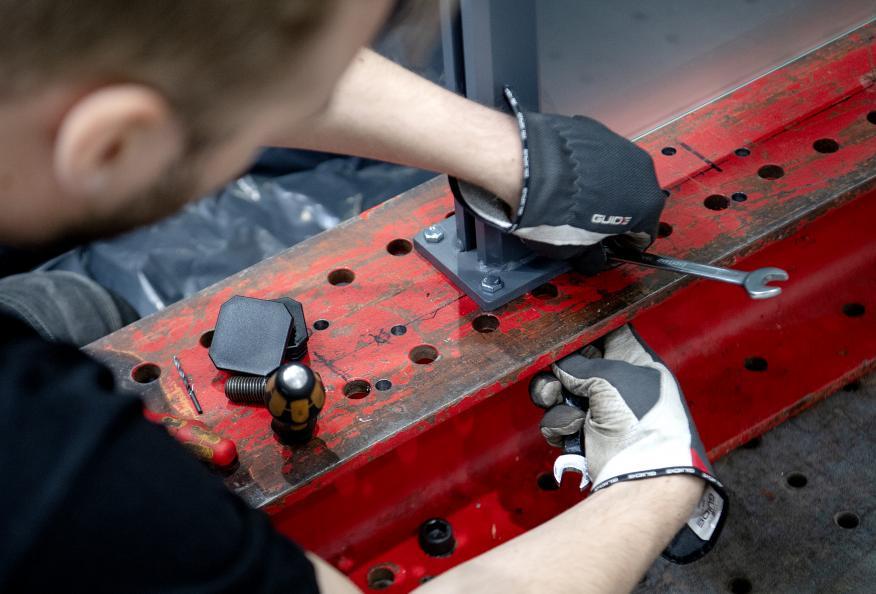 Glasräckena monteras på laboratoriet. Foto: Anna Sigge