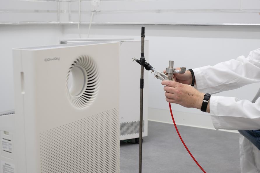 Instrumentet riggas för att mäta volymen ren luft. Foto: Redshift Photography