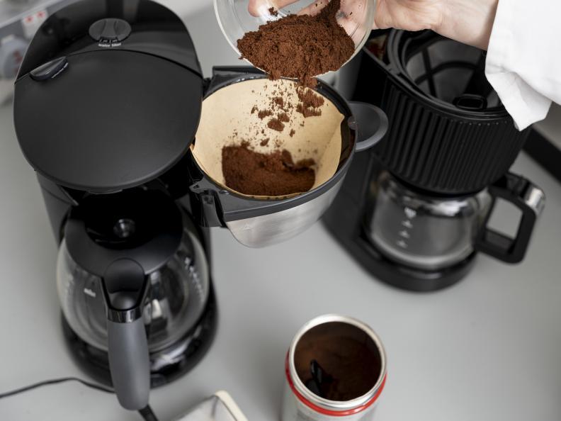 En specifik mängd finmalet bryggkaffe mäts upp inför testet. Foto: Niel Long