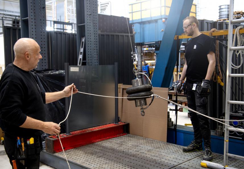 """I testmomenten """"tung stöt"""" pendlas en fallkropp som väger 50 kg mot glassektionen. Foto: Anna Sigge"""