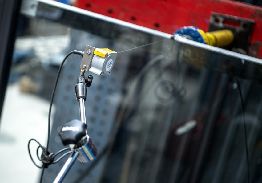 Överkanten av glasräcket utsätts för tryck i det statiska belastningstestet. Foto: Anna Sigge