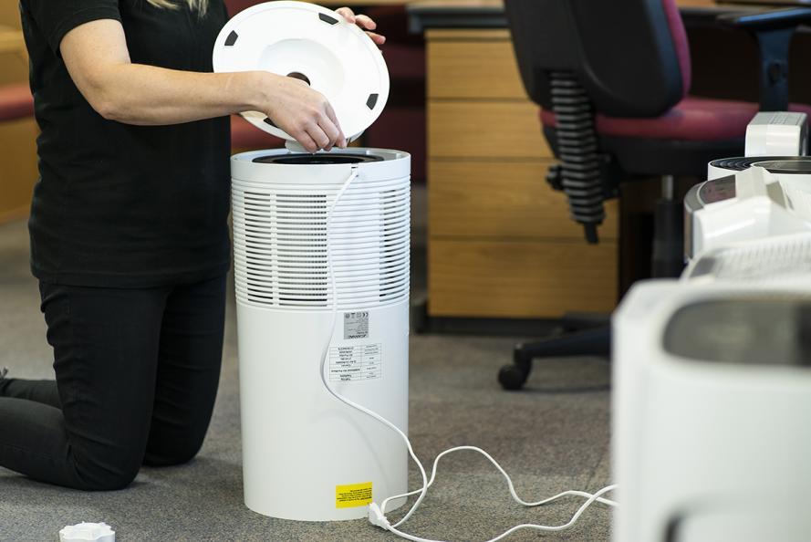 Laboratoriet undersöker luftrenarens funktioner och filter. Foto: Redshift Photography