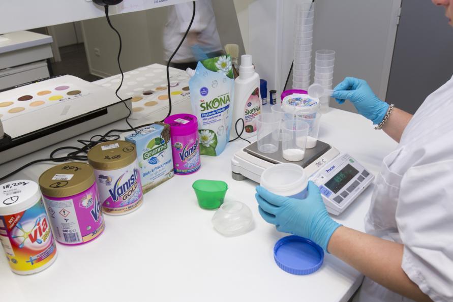 Fläckborttagarna doserades enligt instruktion på förpackningen för normalt smutsad tvätt. Foto: Matthieu Colin