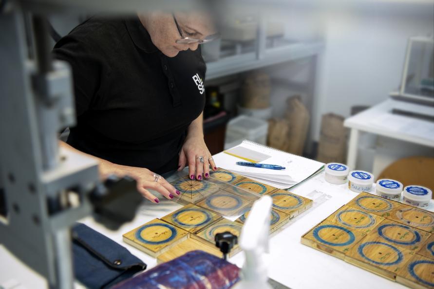 Elva Gunnarsdottir på RISE undersöker de olika golven efter slitageprovning. Foto: Anna Sigge