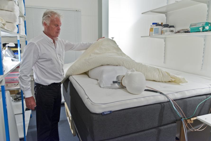 Sängens andningsförmåga mäts under 7 timmar med en torso som avger fukt likt människokroppen. Foto: Tobias Meyer