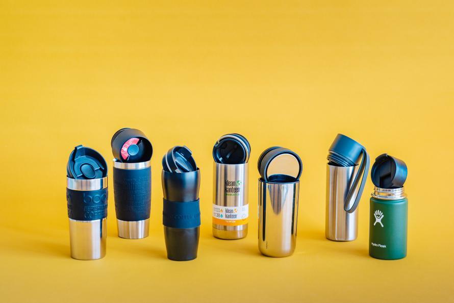 De flesta av de testade termosmuggarna klarade att hålla drycken varm länge. Men det är skillnad på hur lätta de är att dricka ur. Foto: Jonas Ginter