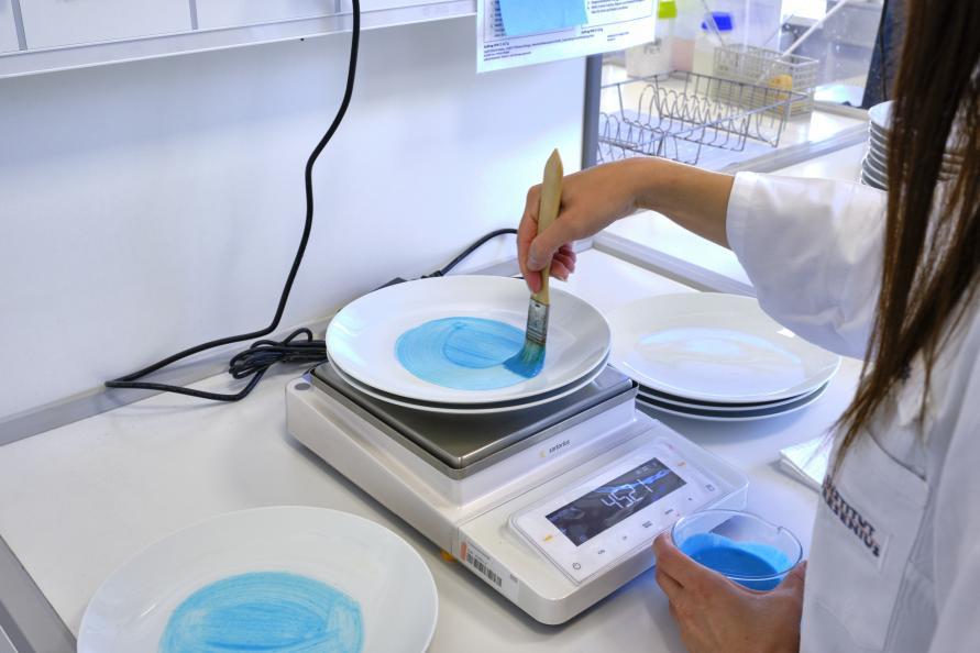 För testet användes en fettbaserad lösning bestående av en mix av vegetabiliskt och animaliskt fett. 1,5 gram av den fettbaserade lösningen applicerades på de porslinstallrikar som sen skulle diskas i kallare vatten. Foto: Tobias Meyer