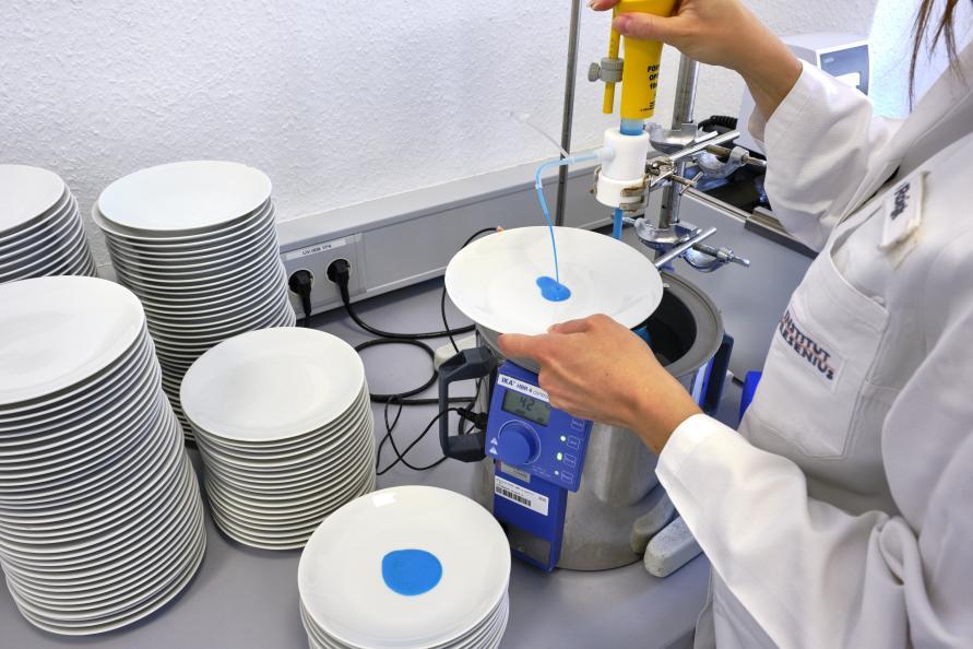 Med hjälp av ett doseringsinstrument appliceras den fettbaserade lösningen på tallrikarna. Foto: Tobias Meyer