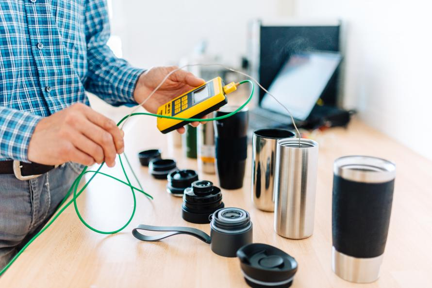 Laboratorieingenjören Wolfgang Fleischer fyller muggarna med 95-gradigt vatten, sedan mäter han och hans kollegor hur mycket det svalnade efter 1, 4 och 8 timmar. Foto: Jonas Ginter