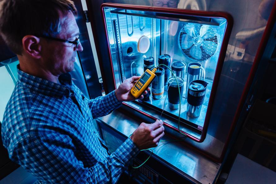 Med hjälp av en klimatkammare testar laboratorieingenjören Wolfgang Fleischer hur väl muggarna håller drycken varm i -10°C. Foto: Jonas Ginter