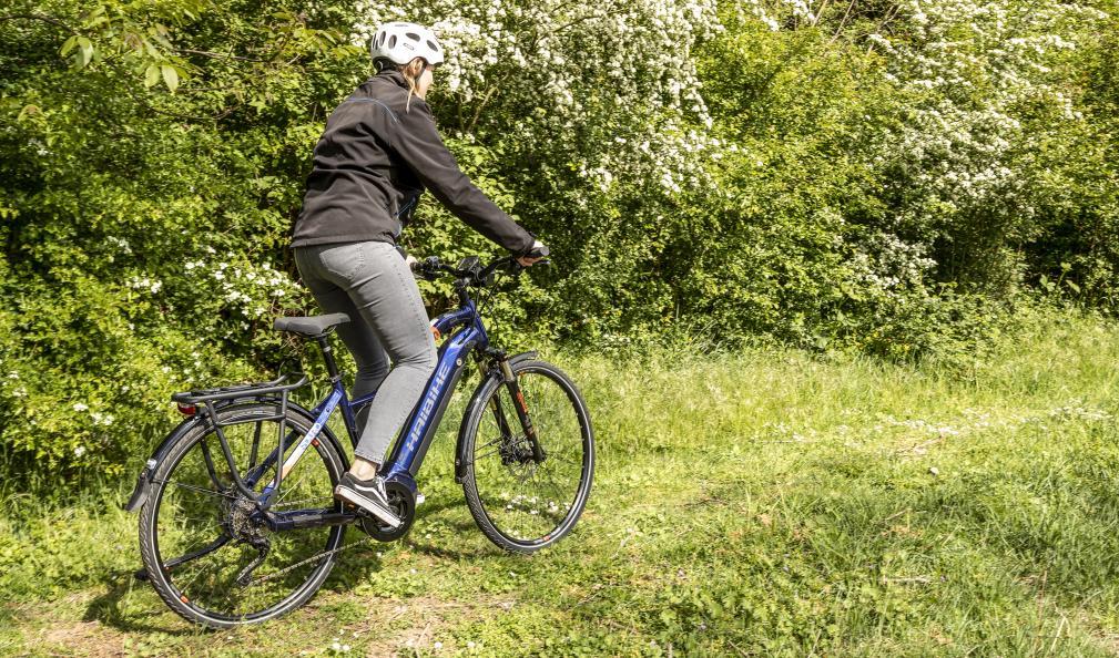 Linda Maier, kvalitetsansvarig på velotech.de, testar elcyklarnas köregenskaper vid lätt uppförsbacke. Foto: Stefan Ernst.