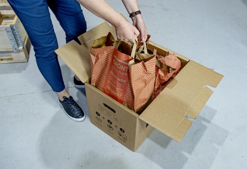 För att testa stabilitet och hållfasthet packas flyttlådorna med kassar fulla med böcker. Foto: Anna Sigge