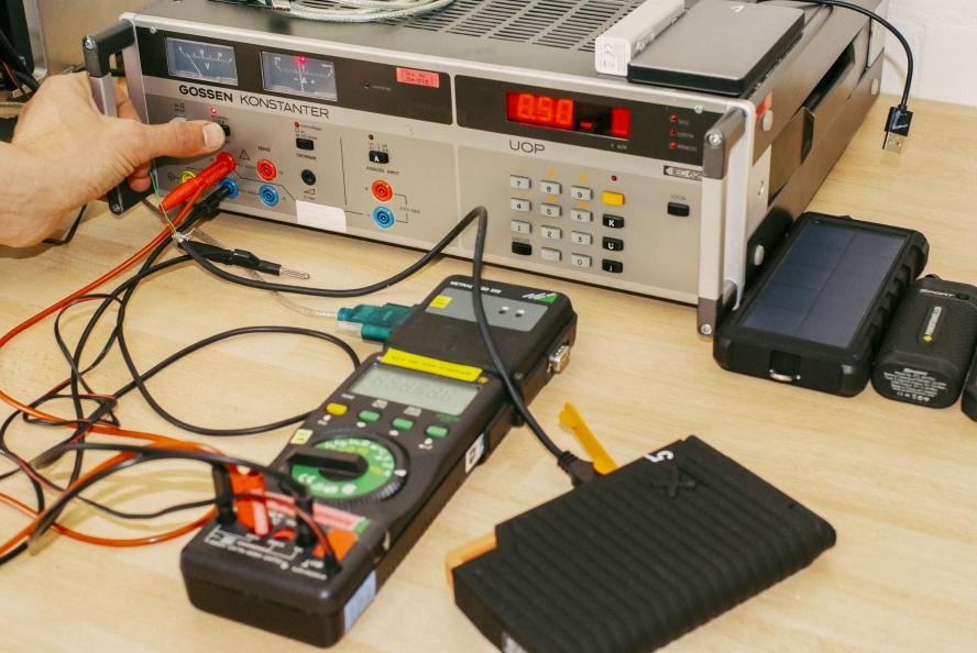 Laboratoriet PZT mätte laddkapaciteten i powerbanken efter fem timmars exponering i tre olika väderförhållanden. Foto: PZT