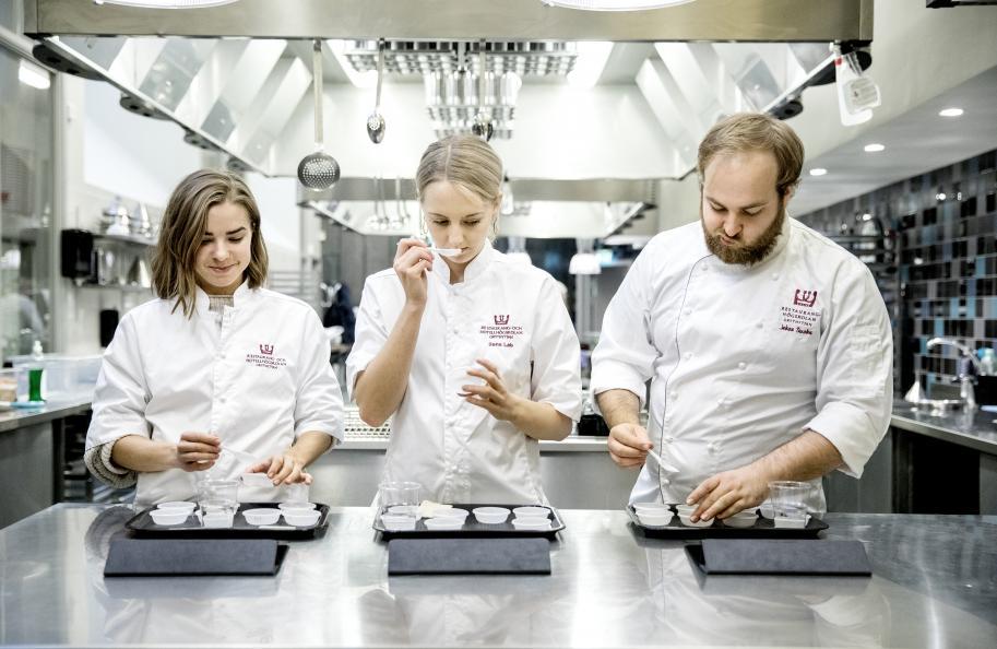Linnea Engström, Amanda Jonsson och Marcus Ekman, elever vid restaurang och hotellhögskolan i Grythyttan, förbereder provningen. Foto: Pavel Koubek