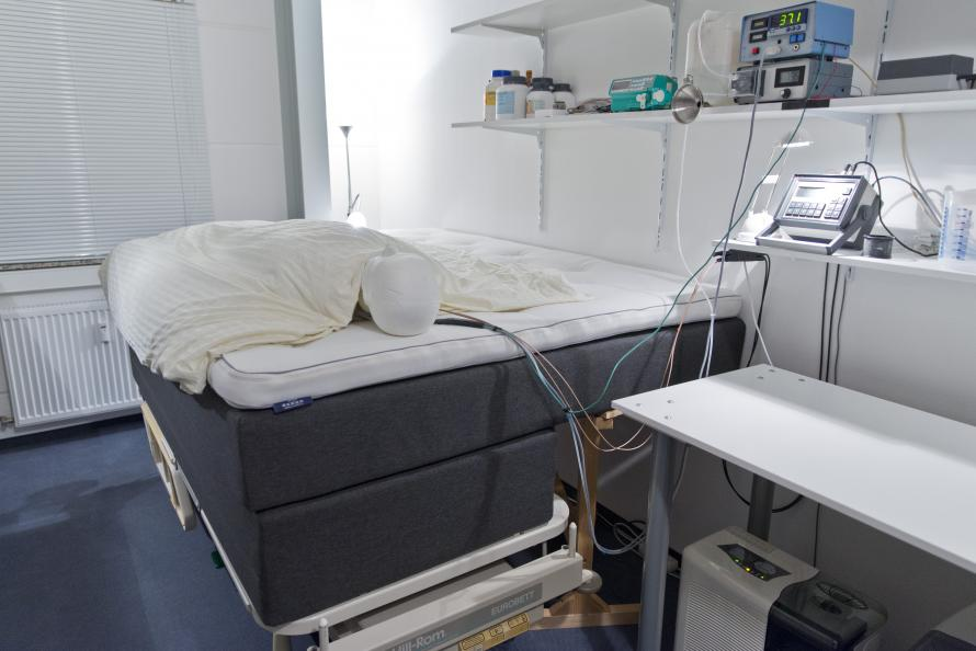 Dr Florian Heidinger på EIM testar sängarnas andningsförmåga. Det görs med hjälp av en docka som avsöndrar fukt motsvarande en sovande människa. Sensorer mäter andningsförmågan. Foto: Tobias Meyer