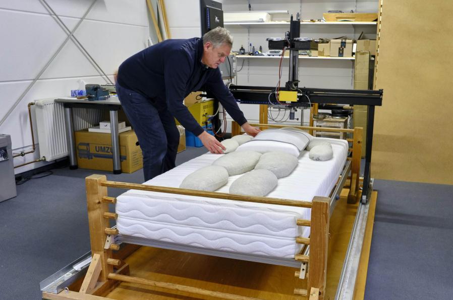Provkroppar med olika tyngd och storlek används för att mäta madrassens ergonomiska egenskaper. Foto: Tobias Meyer