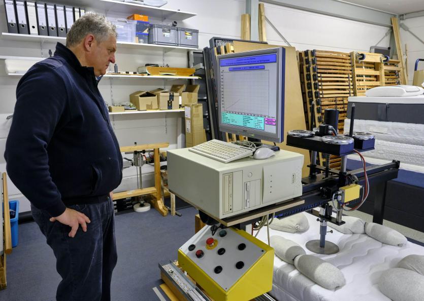 Laboratoriet mäter madrassernas stöd för övre ryggpartiet vid ryggläge. Foto: Tobias Meyer