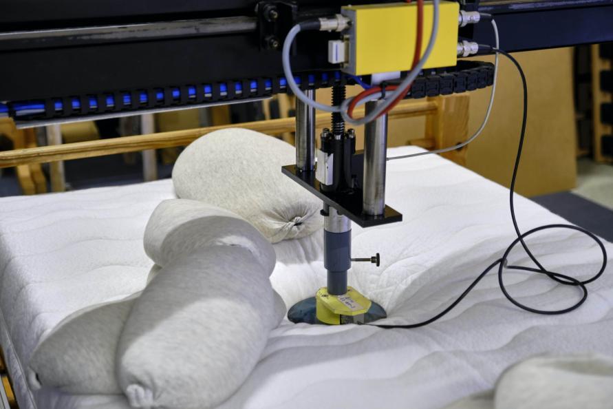 Laboratoriet mäter hur madrassernas låter skuldran sjunka in vid sidoläge. Foto: Tobias Meyer