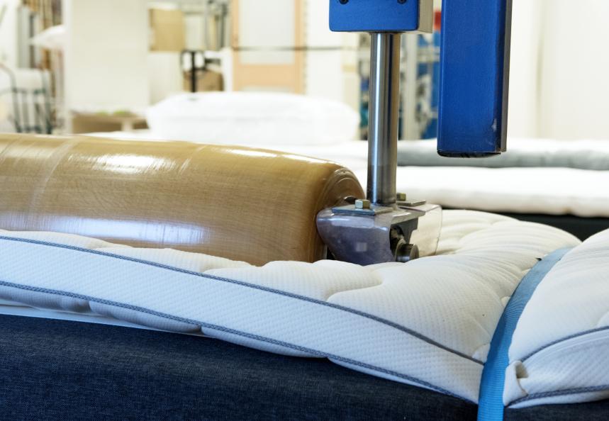 Sängen utsätts för 45 000 överrullningar med en 140 kg tung vals. Foto: Anna Sigge