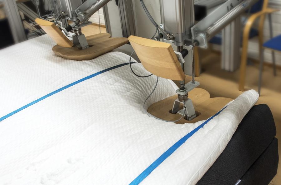 Sängen långsida utsätts för 25 000 tryck med 1 000 Newtons kraft. Foto: Anna Sigge