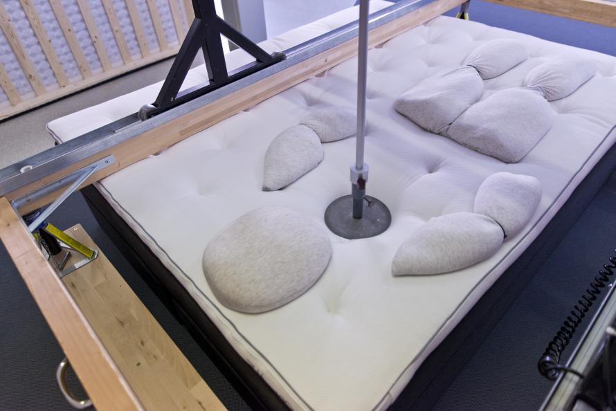 Sängen ska både flexa vid sidoläge och ge stöd för skulderpartiet i ryggläge. Foto: Tobias Meyer